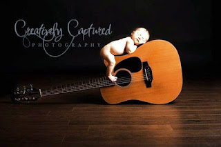Gambar bayi tidur di atas gitar lucu banget