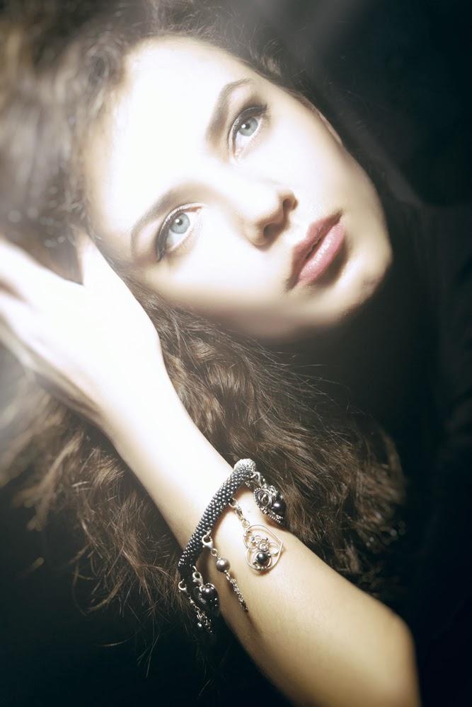 http://aukcje.wosp.org.pl/bransoletka-8-charmsow-ciemne-perly-bizuteryjki-i900715