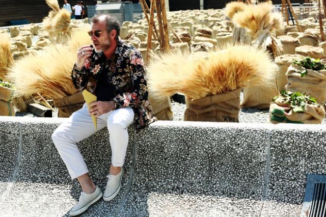 La moda de hombres en las calles de Milán