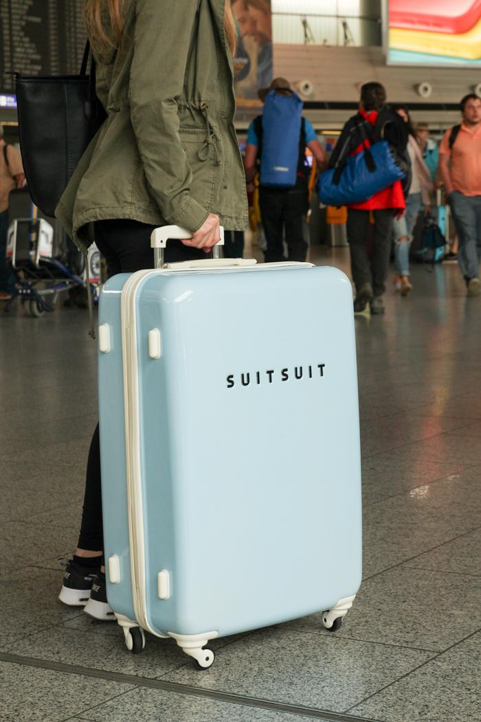 Hellblauer Rollenkoffer, Trolley im 50er Jahre Stil der Firma Suitsuit über Design3000