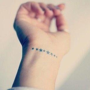 chica con tatuajes de estrellas femeninos y delicados