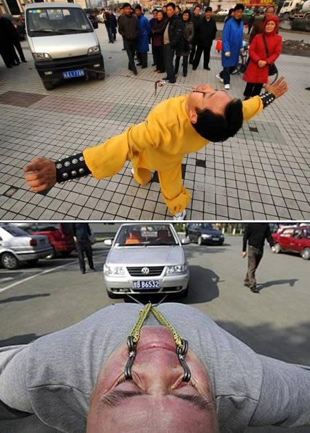 Orang yang dapat menarik minivan dengan menggunakan kelopak matanya