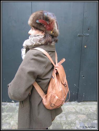 Sac à dos multipoches en cuir souk maroc, manteau couleur taupe See by Chloé, chapka à plumes Berlin