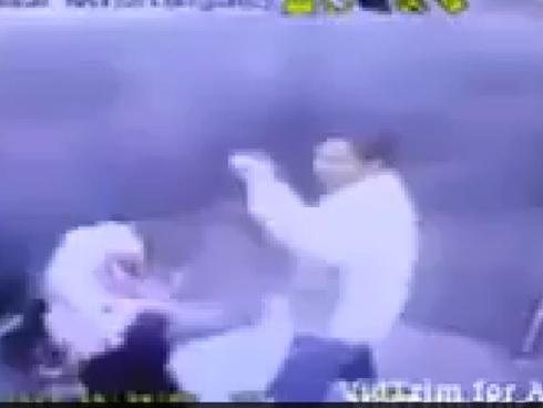 Gambar Video Suami Pukul Isteri Dalam Lif Sehingga Parah