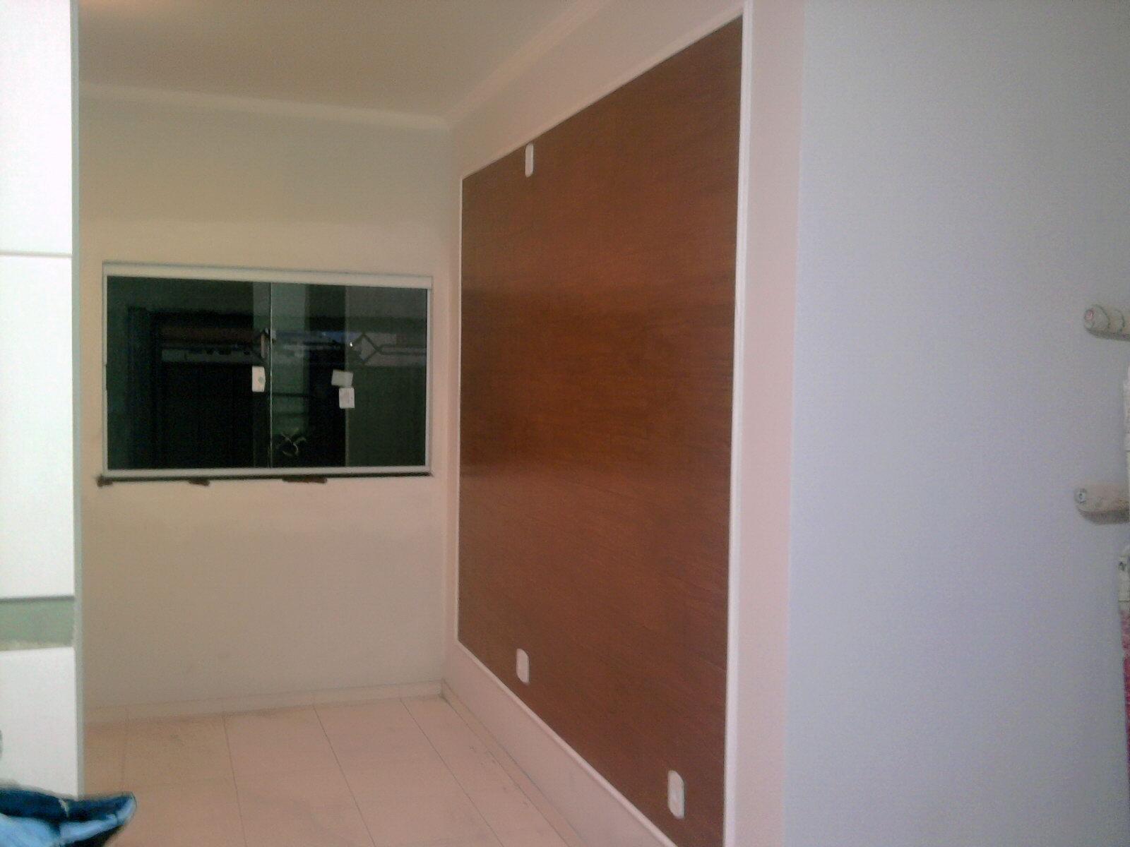 Painel da TV feito com porcelanato imitando madeira #683D2A 1600x1200 Banheiro Com Piso Porcelanato Imitando Madeira