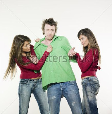 عندما تقع امرأتان فى حب نفس الرجل - two-sisters-twin-women-friends-fighting-for-a-man