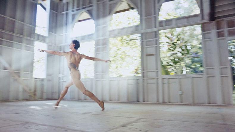 Bailarin de ballet ucraniano interpretando