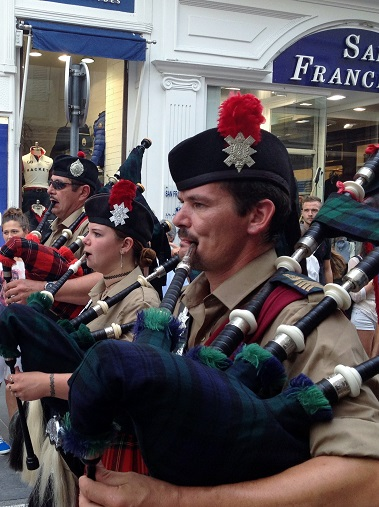 People playing bagpipes along the Rue d'Antibes, Cannes