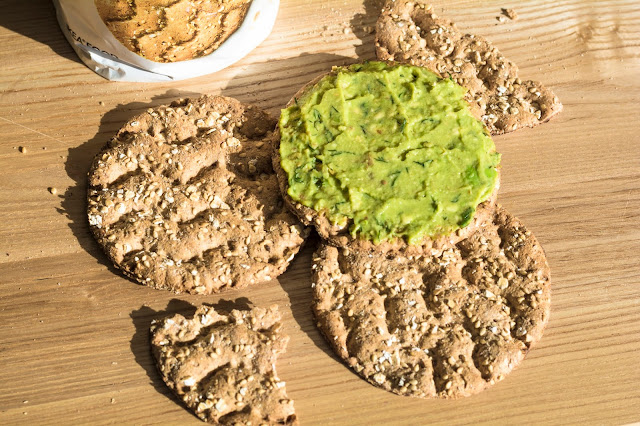 crackers with avocado, фитнес перекусы, фитнес снэк, здоровый перекус