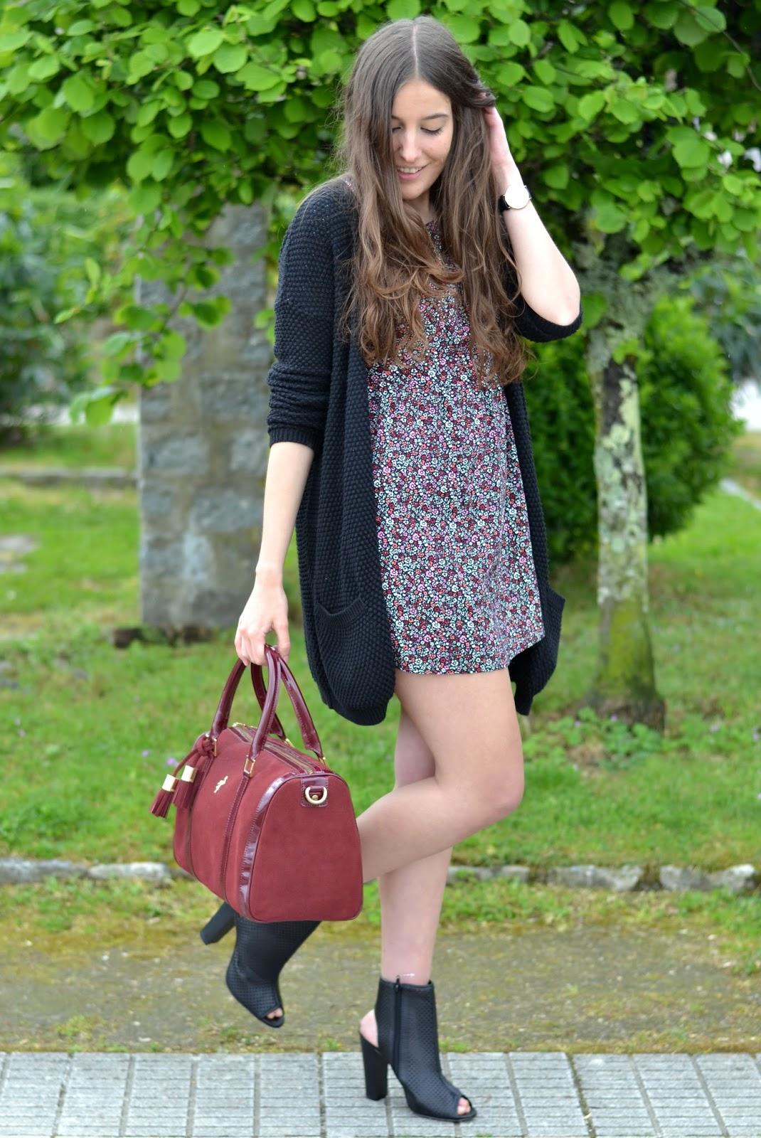 bolso burgundy menbur, vestido flores, cardigan, botines marypaz
