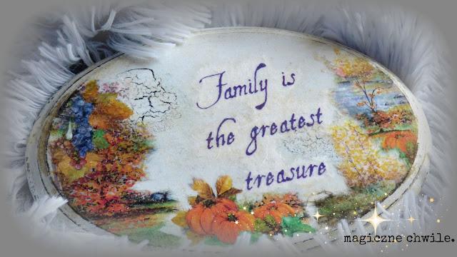Jesienny obrazek z napisem.