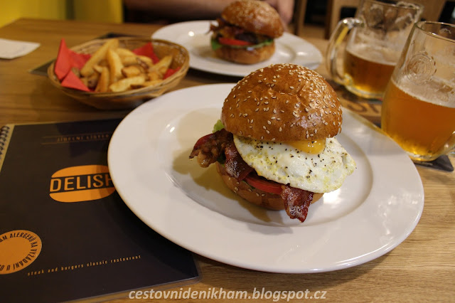 "hamburgery v Delishi // hamburgers in a ""Delish"" restaurant"