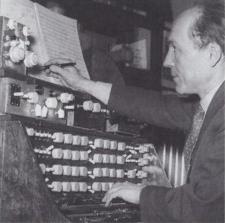 Oskar Sala en su estudio durante los años 50 componiendo con el Mixturtrautonium