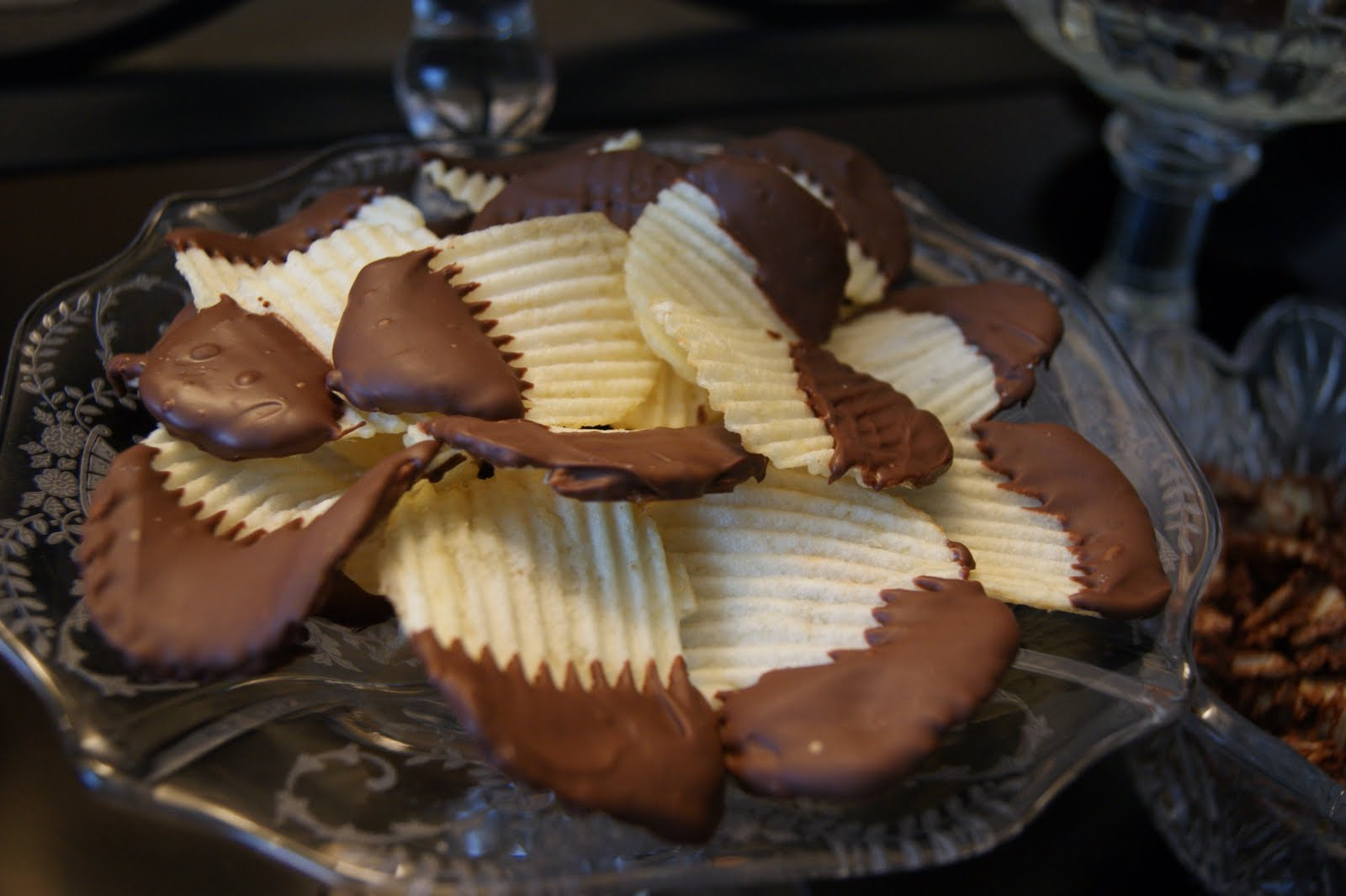 michelle paige blogs: Chocolate Dipped Potato Chips