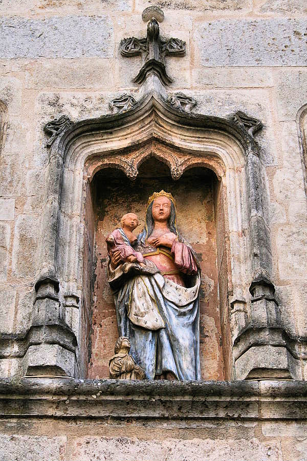 A most intriguing sculpture of the Madonna decorates the facade of the Maison du Donataire in Flavigny-sur-Ozerain. Photo:  WikiMedia.org.
