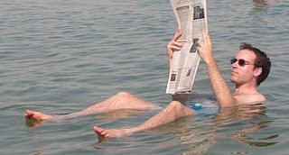 leyendo en el mar muerto