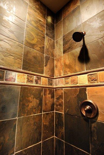 Dise o de ba o rustico con ducha y pared decorativa cocinas y ba os reposteros encimeras - Diseno de duchas ...