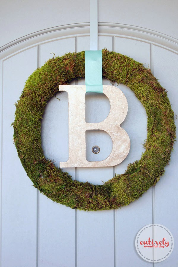 Moss Wreath and Gold Monogram Tutorial. Such a fresh and pretty wreath! Must make this! #spring #gold #monogram
