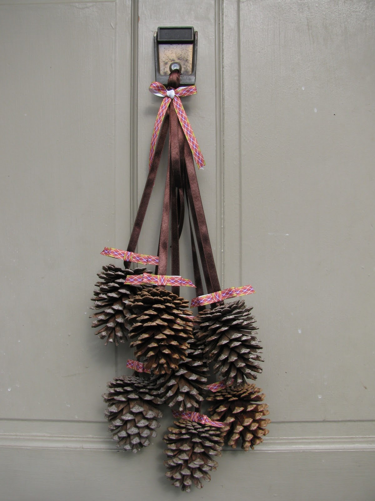 A heart for home finished friday diy pine cone door decor for Pine cone door decoration