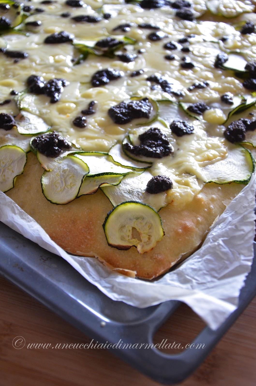 focaccia con fontina, zucchine e salsa al tartufo