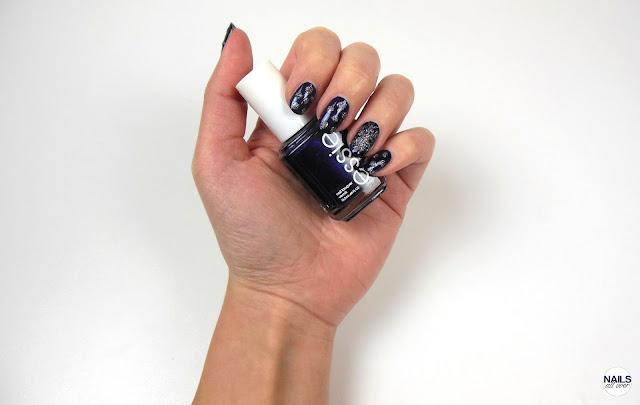 """Genutzte Produkte für dieses Design sind: Essence Studio Nails 24/7 Nail Base -  Essie """"Midnight Cami"""" -  Essie """"Ignite The Night"""" -  Seche Vite Dry Fast Top Coat -  Pinsel -  Dotting Tool"""