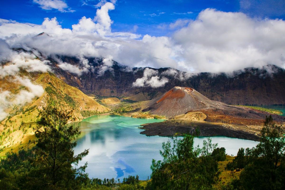 Menjelajah Gunung Terindah di Indonesia Tercinta