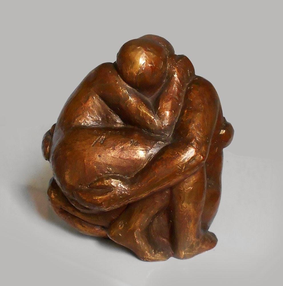 Sculpture résine anodisée d'Adèle Vergé : couple enlacé