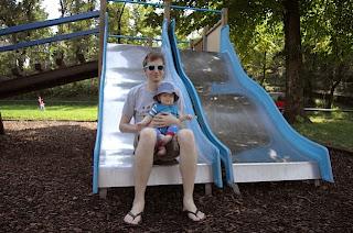 Max mit dem Christkind auf der Rutsche