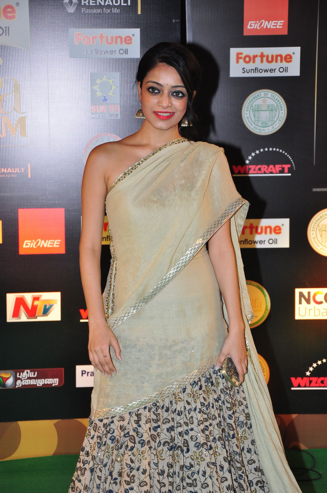 janani iyer glamorous in saree-HQ-Photo-17