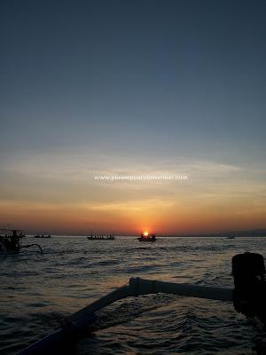 INDAHNYA SUNSET, SUNRISE, DAN LUMBA-LUMBA DI PANTAI LOVINA-BALI