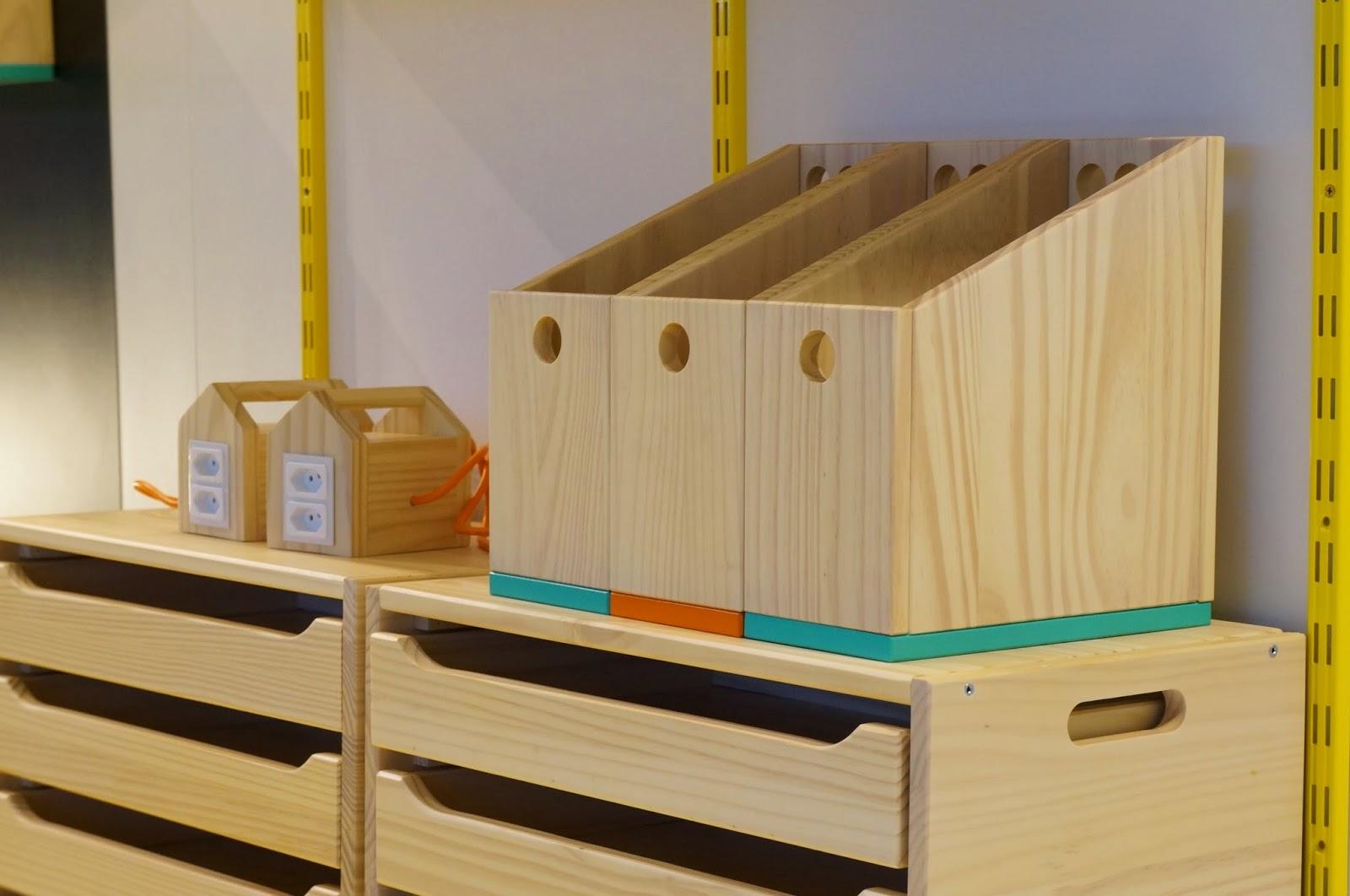 Bel Lobo - Coleção Vira e Mexe - Tok&Stok - Nicho com 3 gavetas, caixa para arquivo/porta-revistas e extensão da casa com quatro tomadas