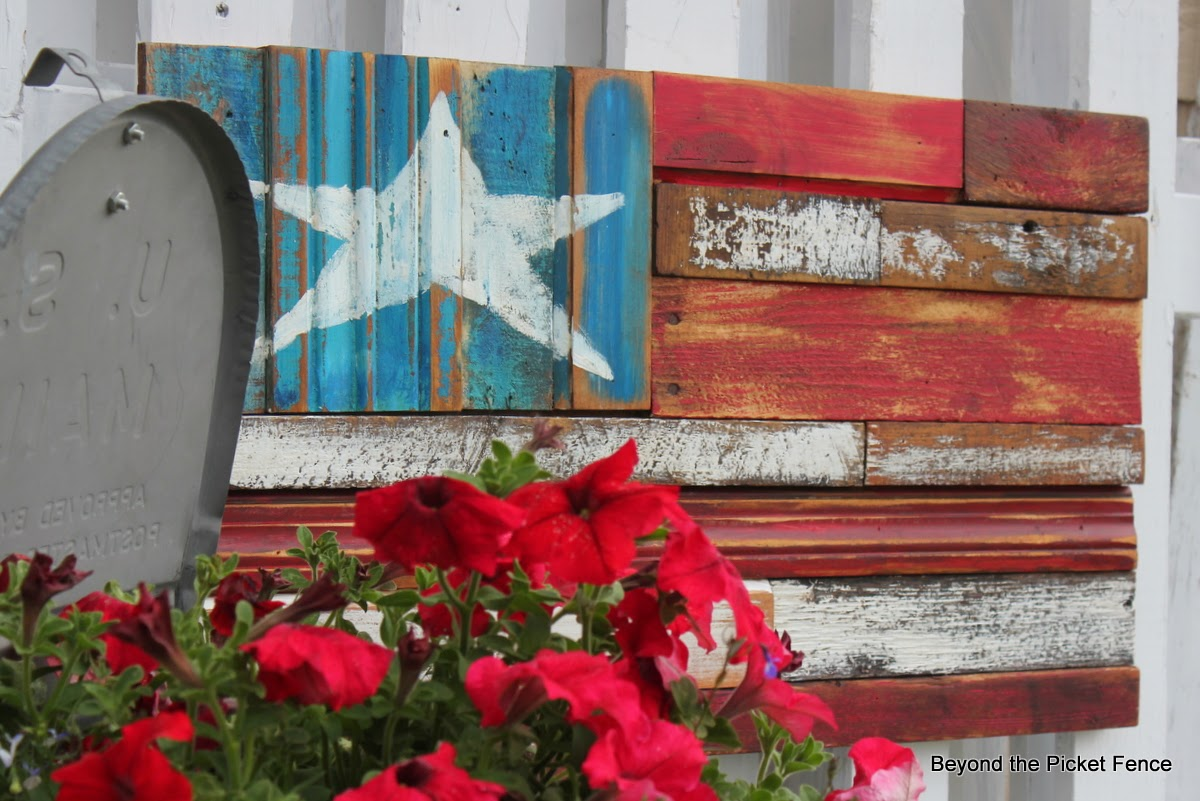 Reclaimed Wood Flag http://bec4-beyondthepicketfence.blogspot.com/2014/06/reclaimed-wood-flag.html