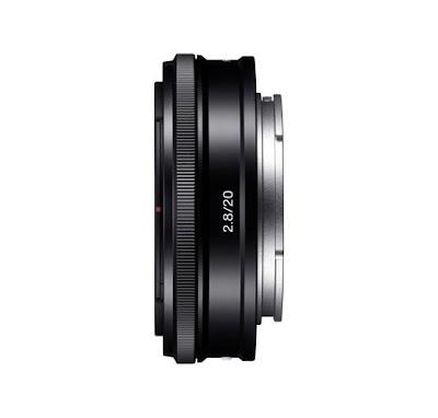 Fotografia laterale dell'obiettivo Sony E 20 mm F:2.8