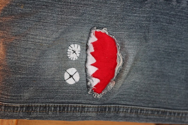 Gabulle in wonderland jeans trou au genou monstre la rescousse - Comment reparer un jean troue au genou ...
