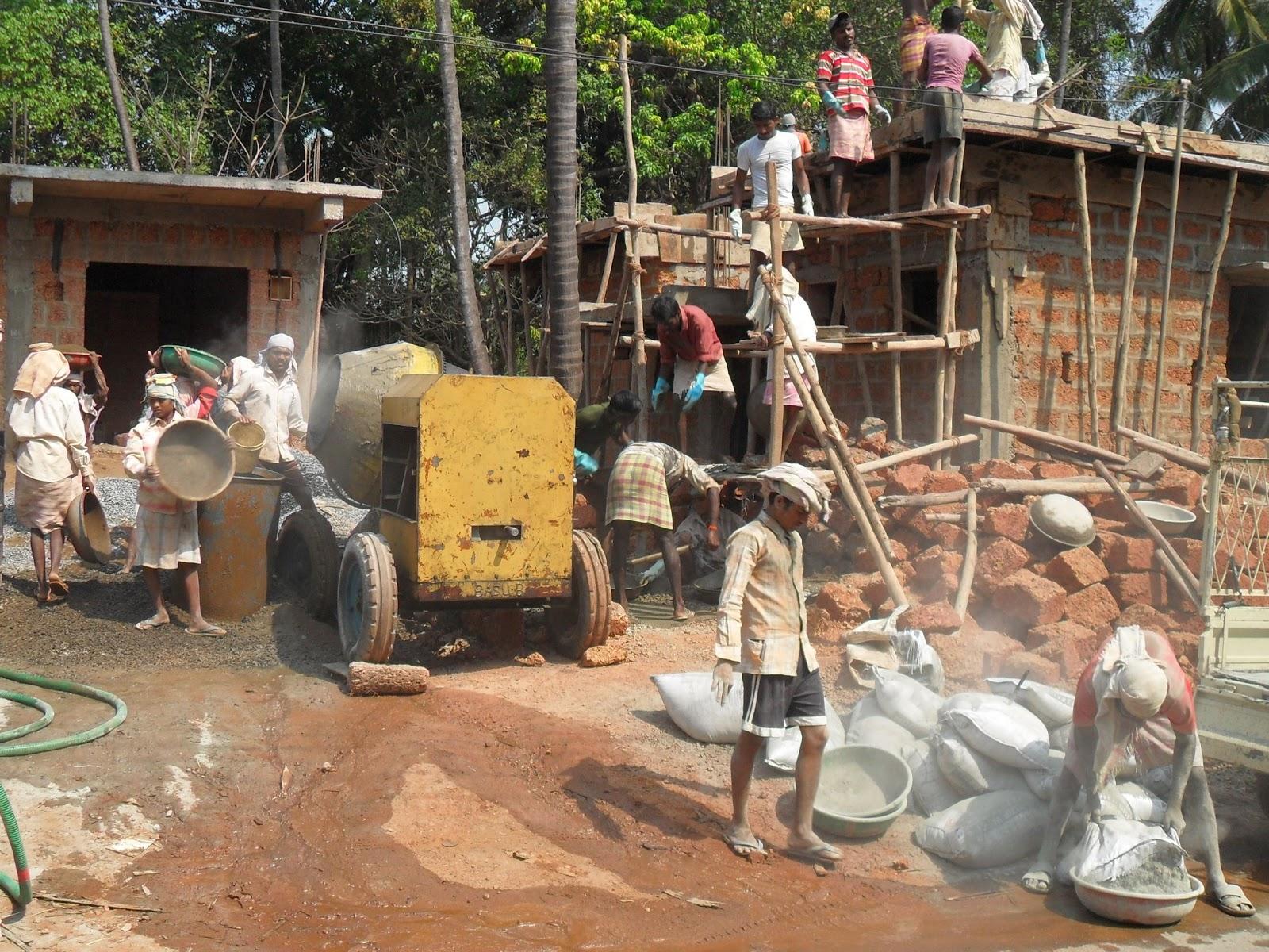 Индусы строят коттедж