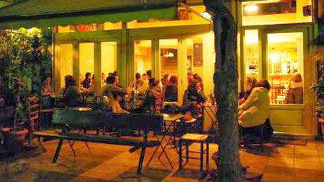 Εστιατόριο Monsieur Barbu στο Κουκάκι Κόσμος κάθεται στα τραπέζια στο πάρκο