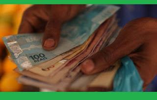 """O Limite de desconto mensal foi ampliado de 30% para 35% da renda. 5% serão reservados exclusivamente para pagamento do cartão de crédito. O limite do crédito consignado - descontado mensalmente da folha de pagamento do trabalhador, aposentado ou pensionista - será ampliado de 30% da renda para 35%, segundo medida provisória publicada no """"Diário Oficial"""" da União desta segunda-feira (13)."""