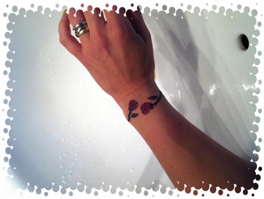 ecriture pour tatouage poignet. Black Bedroom Furniture Sets. Home Design Ideas