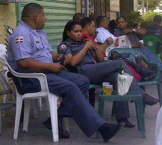 """""""Le echan"""" 10 días a oficiales aparecen en Facebook tomando cerveza en """"colmadón"""""""