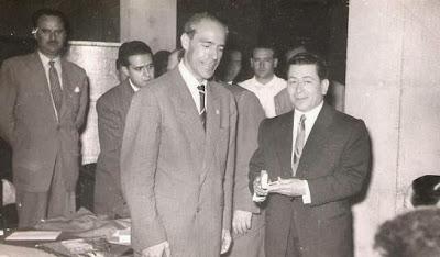Entrega de medalla a Carlos Lima, directivo del G.X.L. en 1951