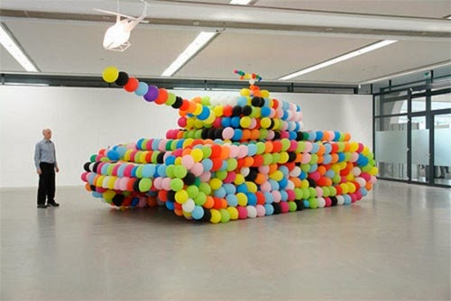 Tanque No a la guerra de globos de colores