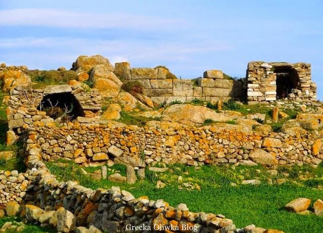 Ruiny zabytkowego muru Lino.Mykonos.