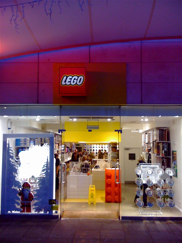 Lego lego store at brighton england for Lago store outlet