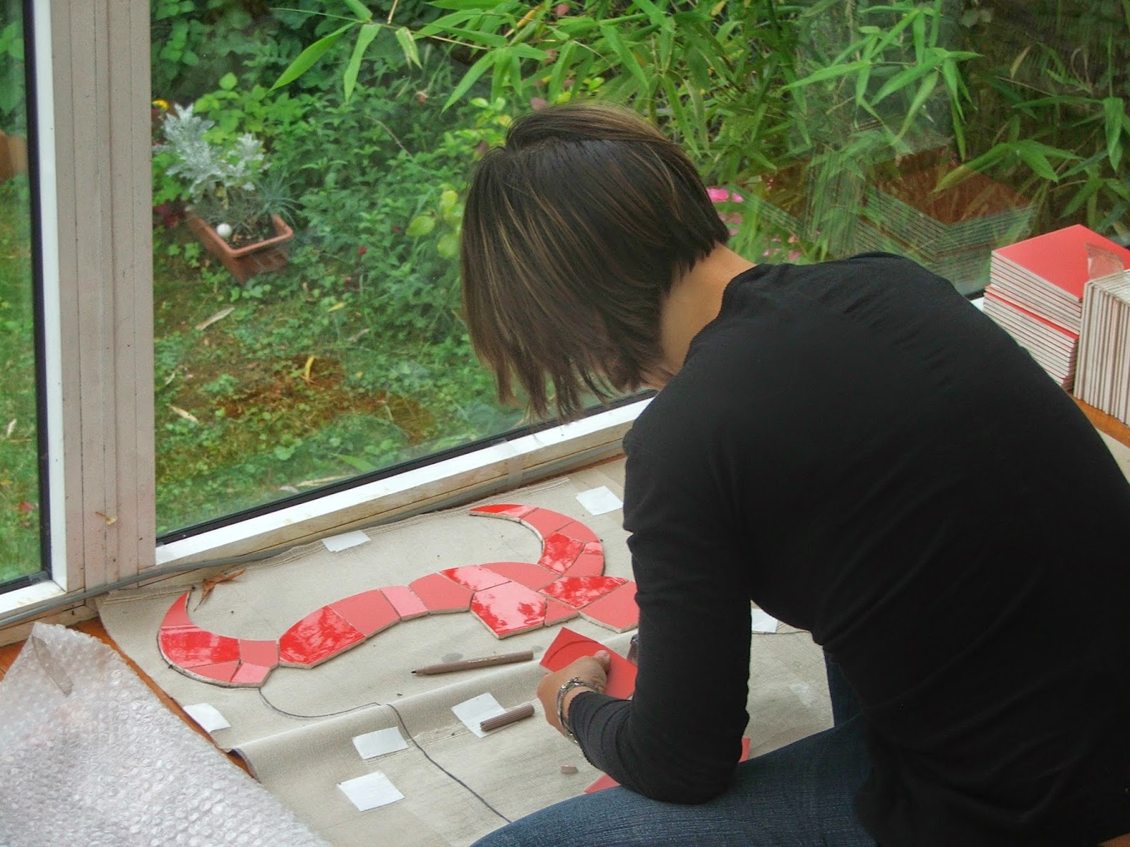 mosaïste mimi vermicelle en plein travail panneau décoratif taureau rouge espagnol