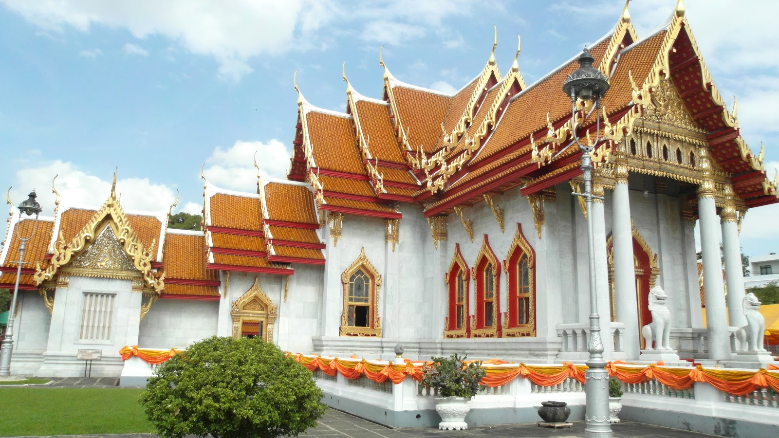 Going places everything is gold in bangkok for Wat architecture