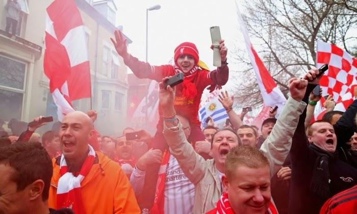 Fans Liverpool menyambut Gerrard dkk di Anfield.