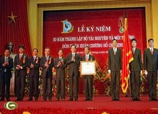 Thay mặt lãnh đạo Đảng và Nhà nước, Thủ tướng Nguyễn Tấn Dũng trao Huân chương Hồ Chí Minh cho ngành Tài nguyên và Môi trường.