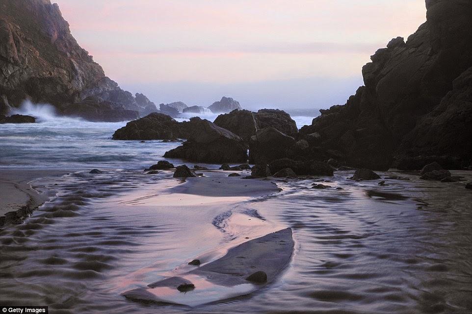 شاطئ رمال أرجوانية