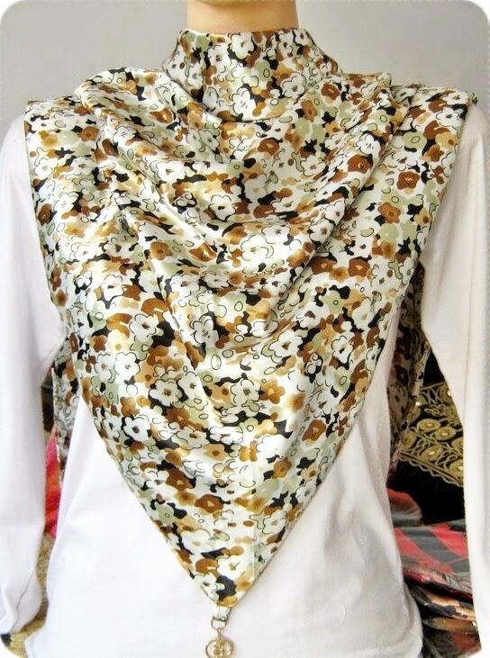 Jilbab Segitiga Satin Motif Bunga
