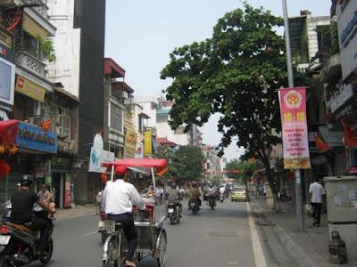 Thông tắc cống tại phố Bạch Mai